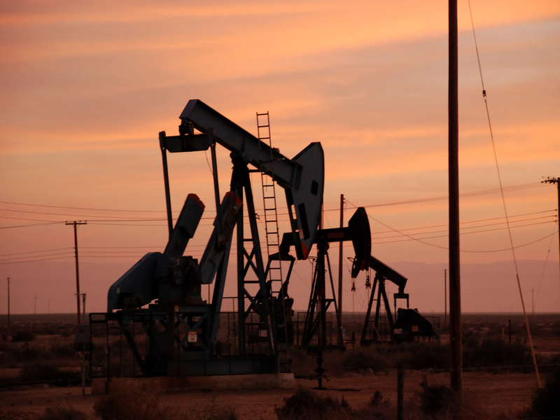 Oil rises, but growing USA output threatens rally