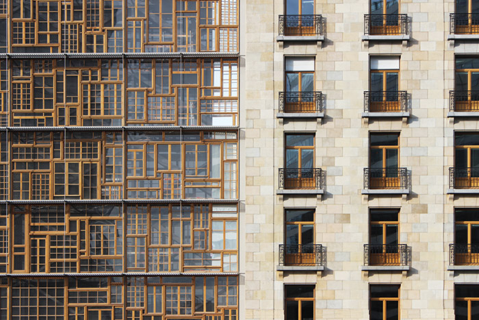 The window-frames facade meets the 1926 Résidence Palace facade and maintains its 3.54m floor height, marked by horizontal grating ledges. Image Credit: Quentin Olbrechts