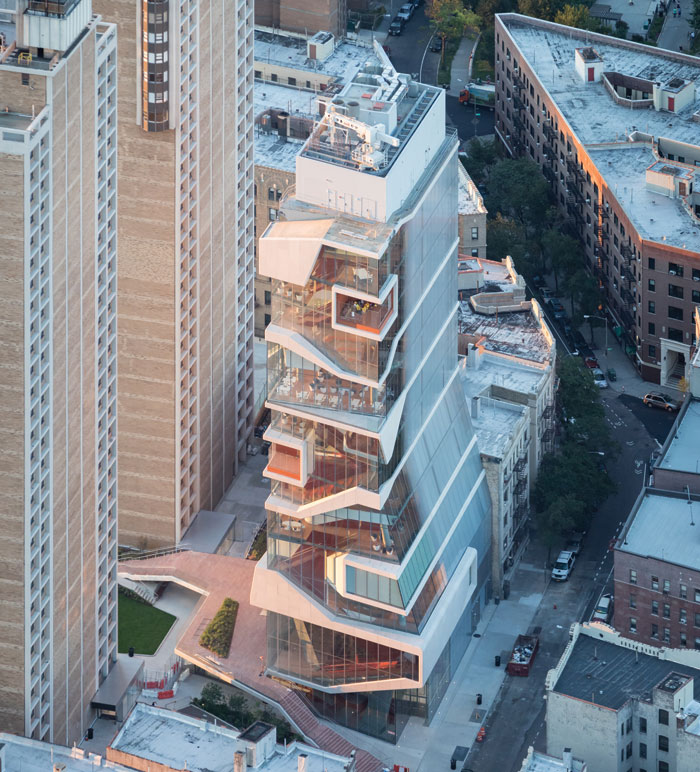 The neighbouring bland Haven Avenue towers provide a perfect backdrop for the curvaceous Vagelos building. Image Credit: Iwan Baan