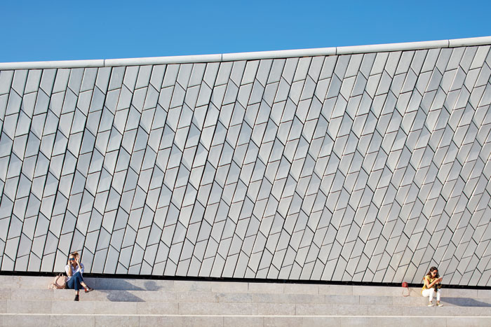A total of 14,751 ceramic tiles clad the Kunsthalle