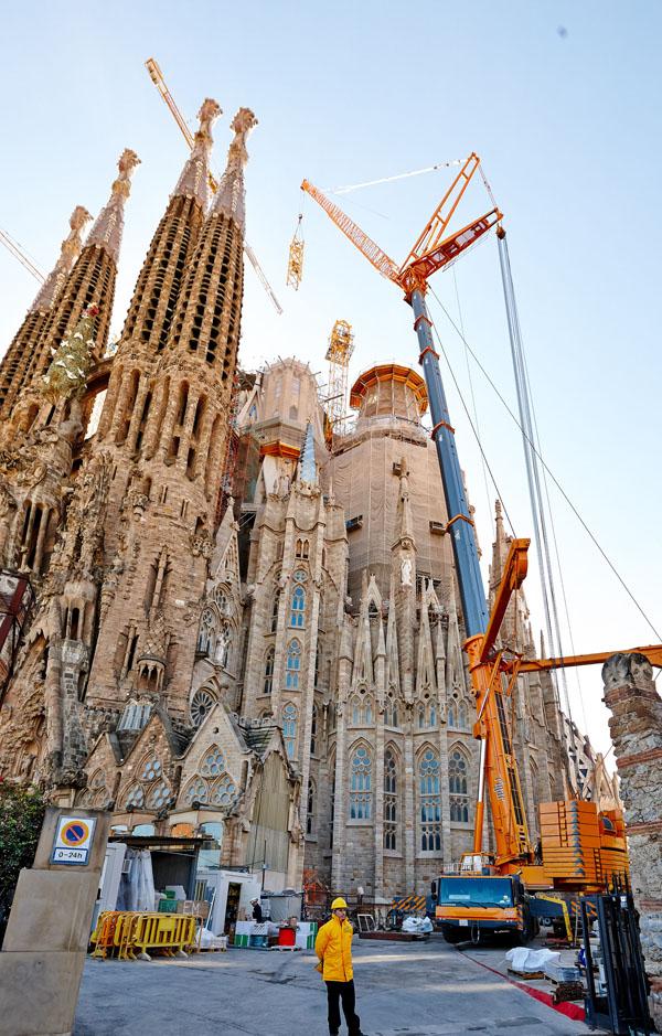 LTM 1500-8.1 employed to relocate crane at Sagrada Familia ...