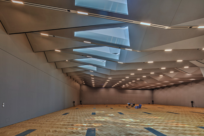 The V-shaped truss beams are clad in plaster and span 38m across the Sainsbury Gallery