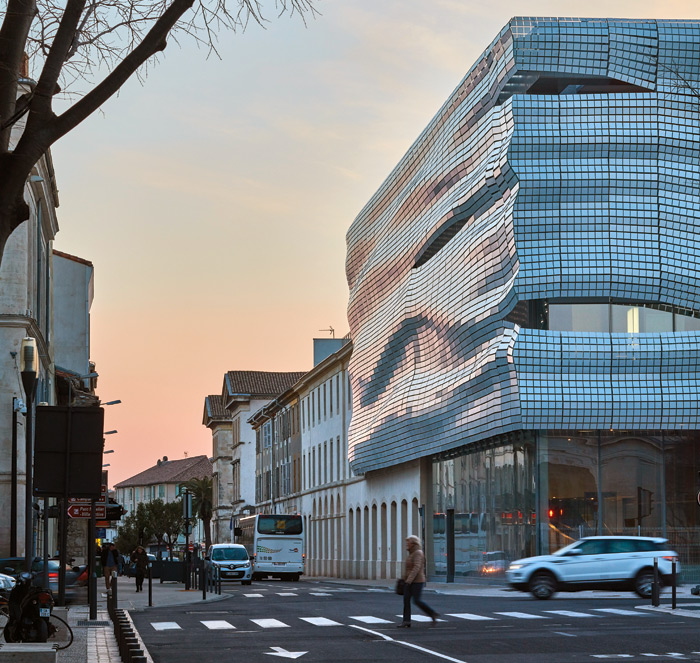 The floating facade is four-sided, here turning along the Avenue de la République