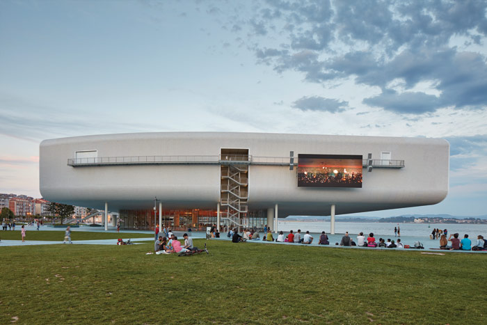 The western facade is the longest and has an LED screen facing an amphitheatre created in the park below