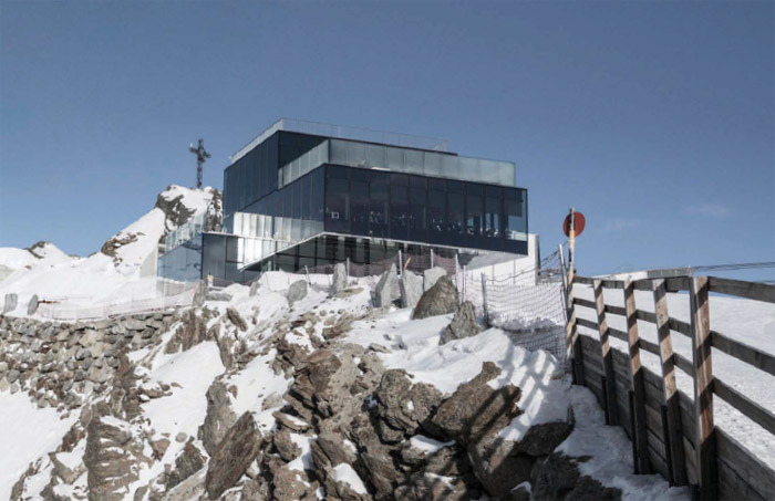 Atop the Gaislachkogl mountain with (left) the 007 Elements exhibition space and (right) the ICE-Q restaurant, also designed by architect Johann Obermoser. Image Credit: 007 Elements