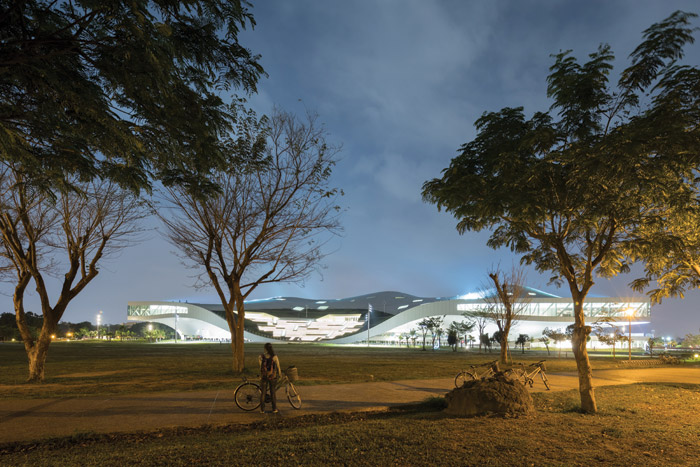 Spaceship-like, the arts centre glows within Weiwuying Park. Image Credit: Iwan Baan