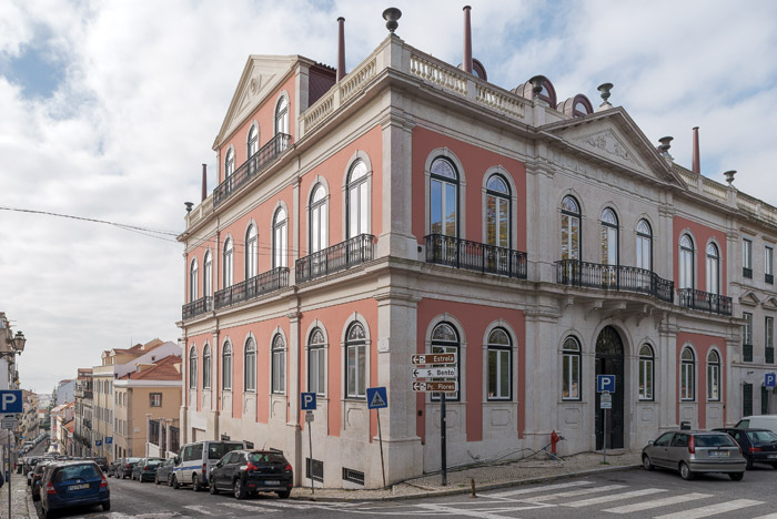 The facades on Rua do Jasmin (left) and facing Príncipe Real (right) have been painted a pink that reflects the local vernacular. Image Credit: DMF