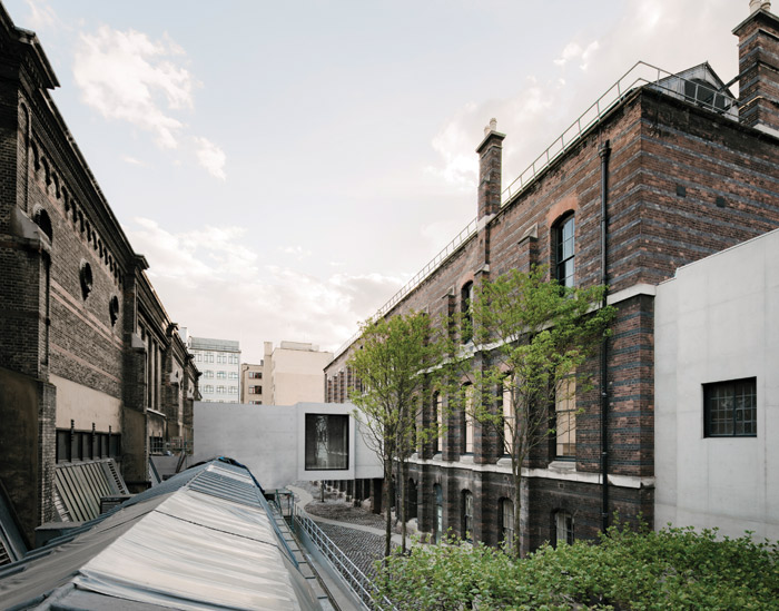 Simplicity itself: the Weston Bridge which links the Burlington Gardens building to the connecting tunnel between it and Burlington House has created an opportunity for a new courtyard space, for staff and students of the Royal Academy. Image Credit: Simon Menges
