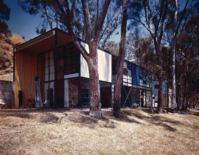 The Eames House, as photographed by Julius Shulman in 1950. Image credit: J Paul Getty Trust. Getty Research Institute, Los Angeles (2004.R.10).