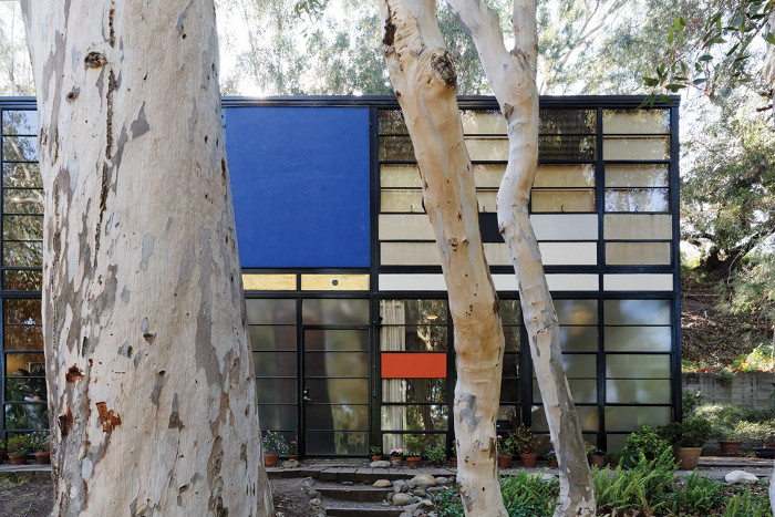 The house's frontage of glass panels framed in black steel and punctuated with primary colours recalls Mondrian. Image credit: Photo by Mitsuya Okumura © Eames Office LLC (www.eamesoffice.com). All rights reserved.