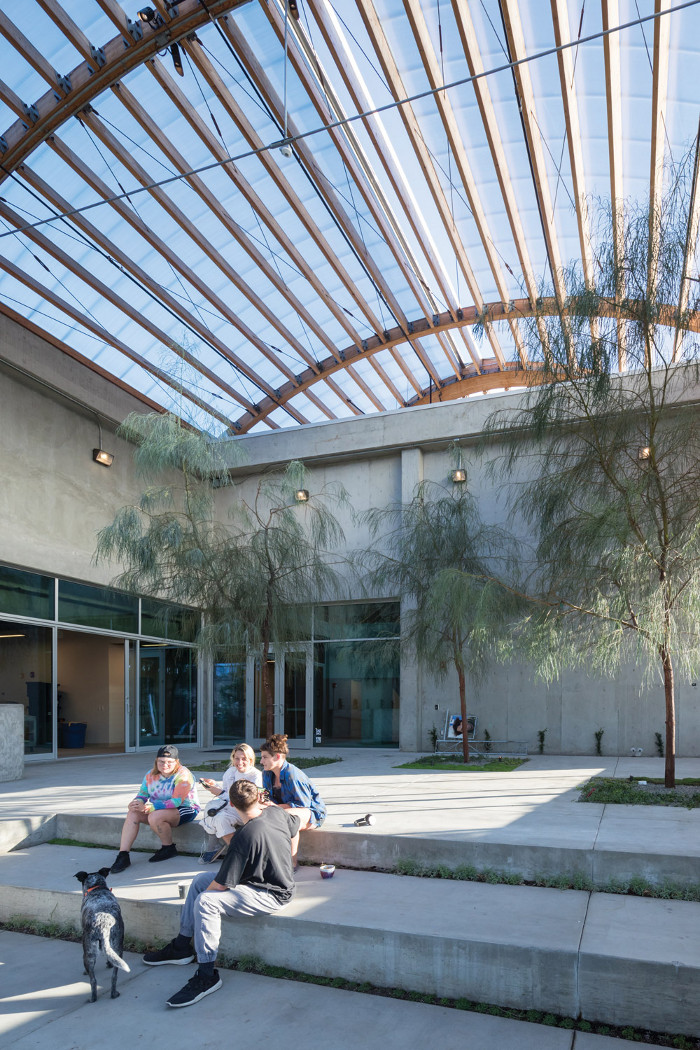 The lightweight roof of Johnston Marklee's extension di uses LA sunshine through polycarbonate panels. Image credit: Iwan Baan.