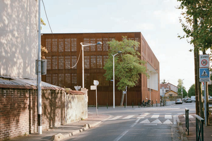 The prison building as an 'object' in the urban fabric of Nanterre. Image credit: Cyrille Weiner.