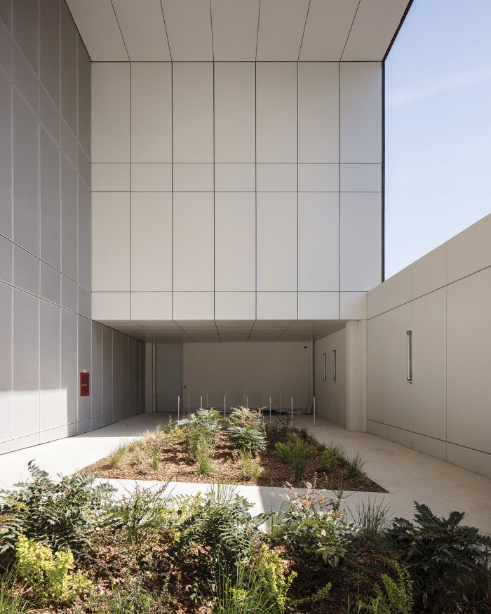 An inaccessible 'garden' creates a buffer zone behind the facade. Image credit: Cyrille Weiner.