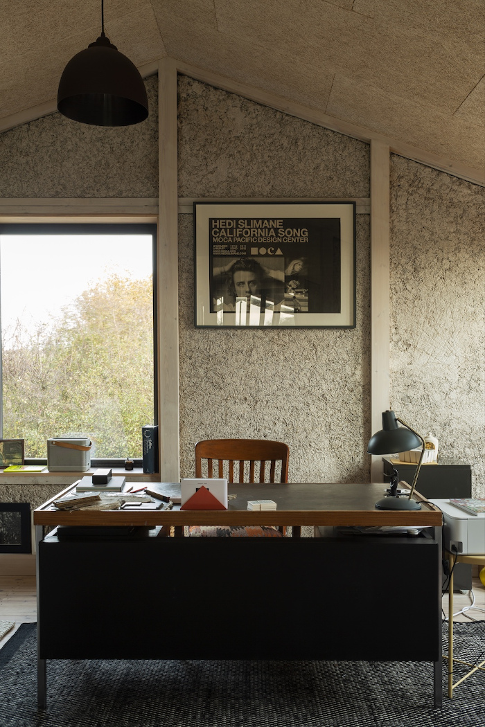 The exposed materials create a warm palette that balances with the calm landscape outside. Image credit: Oskar Proctor