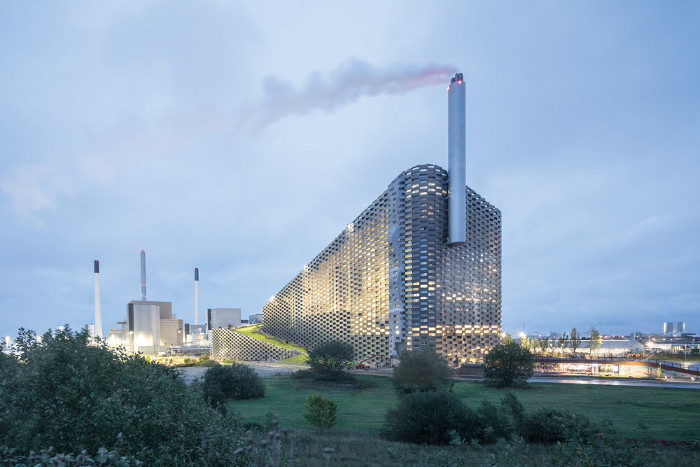 Ski slope meets waste-to-energy power plant in Bjarke Ingels Group's latest contribution to the Copenhagen skyline, Copenhill (2019). Image credit: Laurian Ghinitoiu.