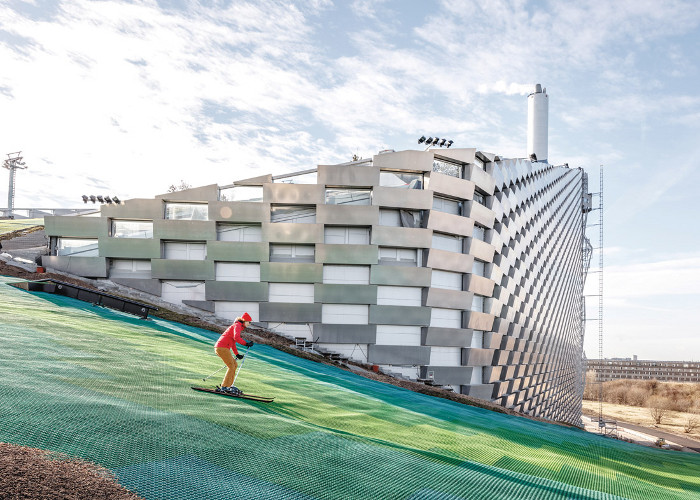 Ingels' trademark pixellated forms — here in aluminium facade panels — overlook the rooftop ski slope. Image credit: Rasmus-Hjortshoj.