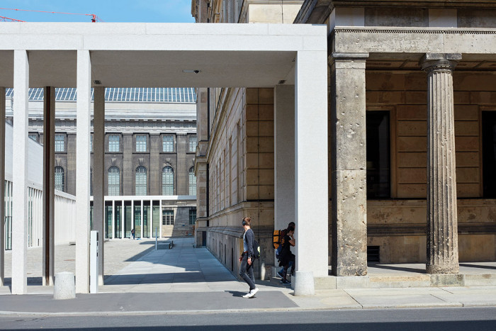 Where it meets the Neues Museum's colonnade, the James-Simon-Galerie's lower colonnade permits vehicle entry into the courtyard