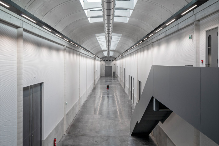 A long, doubleheight passage known as the Artworks Boulevard draws you deep into the building
