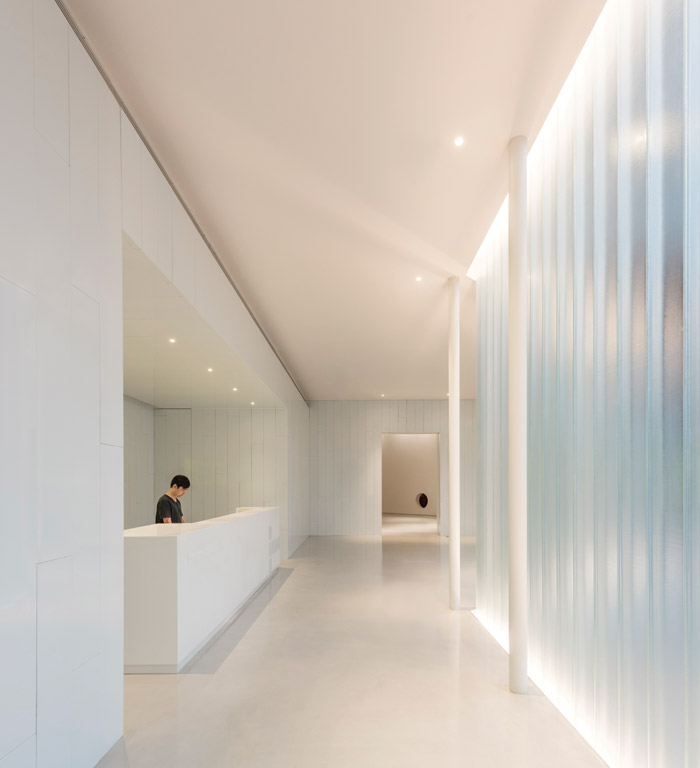 Right HOW Art Museum in Shanghai was designed as a completely minimalist white box to allow the art works to speak for themselves. Ares Partners used a white enamel metal panel to wrap the roof and the facade and to anchor the form of the 7,000 sq m building to the ground. The floor is made from hardened concrete Client: Zheng Hao Design: Ares Partners