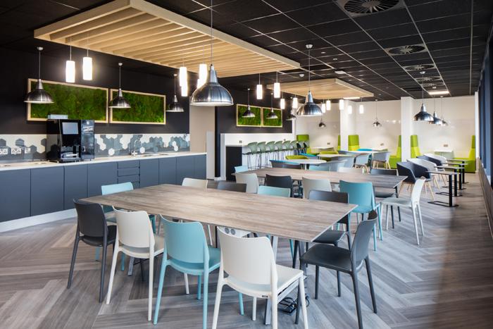 """""""我们可能会看到更放纵的共享空间,在颜色、概念和风格上与精品酒吧和酒店类似,专门为吸引员工而设计。"""""""