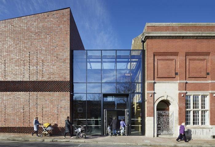 这间建筑和建筑的建筑和建筑,包括金属,玻璃