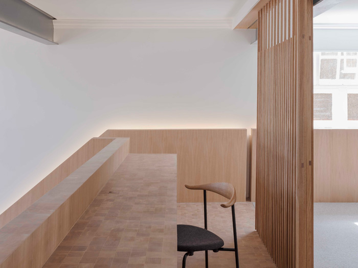 The artificial lighting is largely linear, integrated and discreet