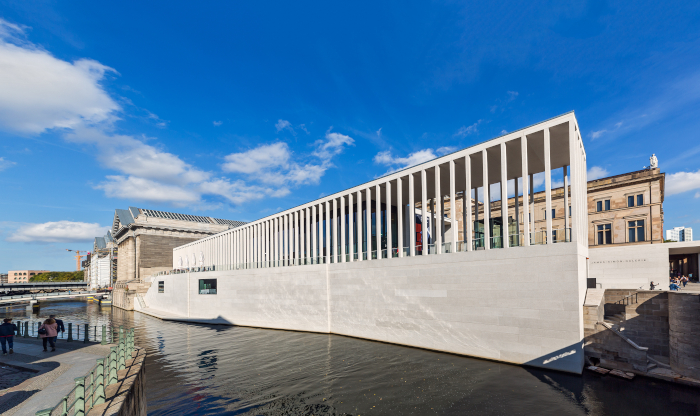 Designed by David Chipperfield Architects, the James-Simon-Galerie is an intelligent contemporary addition to Museum Islands. Image Credit: STAATLICHE MUSEEN ZUBERLIN/DAVID VON BECKER