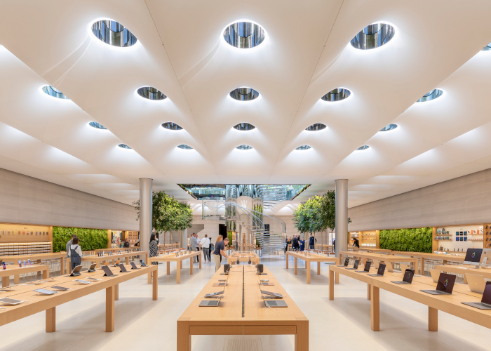 This image The Fifth Avenue Apple Store uses a tunable white light ceiling that dims or brightens to match light levels outside. Image Credit: AARON HARGREAVES/FOSTER + PARTNERS