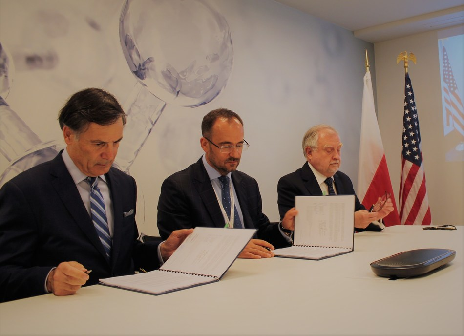 Westinghouse leaders sign USTDA FEED grant in Poland (photo: Westinghouse)