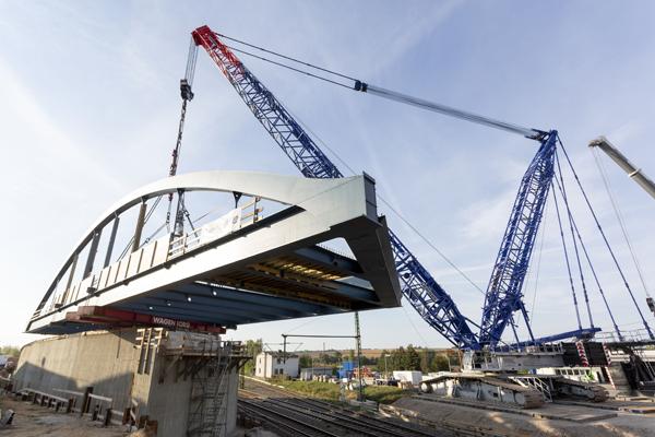 Liebherr crawler hoists 242t bridge - Cranes Today