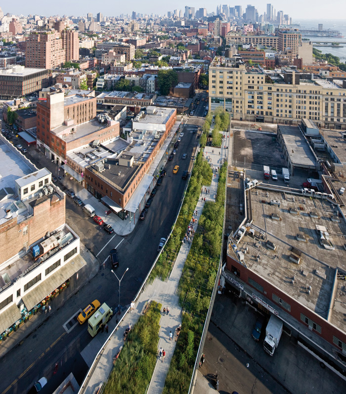 Soon the derelict lots around the space began to be developed. The warehouses on the right of the High Line in this image have now been replaced by the New Whitney Musuem. Photo: Iwan Baan