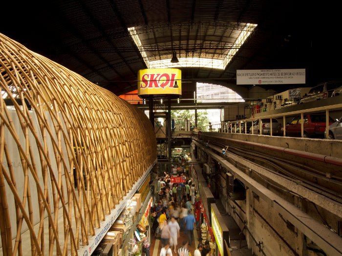 Designed by MACh arquitetos, a structure weaved from bamboo provides space for a new cooking school on top of Belo Horizonte's famous food market