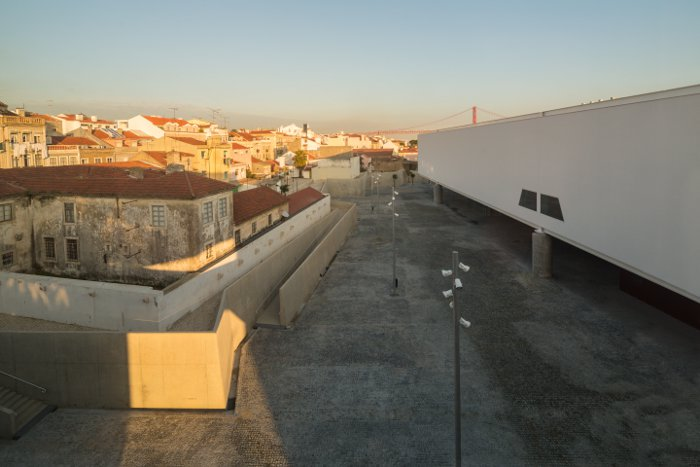 Lisbon's initiative Belém Rediscovered ensured the preservation of old houses immediately north of the site. Mendes da Rocha has linked them to the new plaza with ramps
