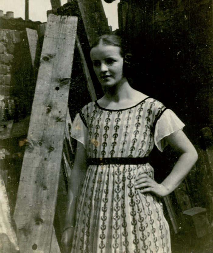 Hepworth at the Royal College of Art workshop, studying on a Yorkshire Senior Country Art Scholarship. Photo Credit: Courtesy Bowness, Hepworth Estate