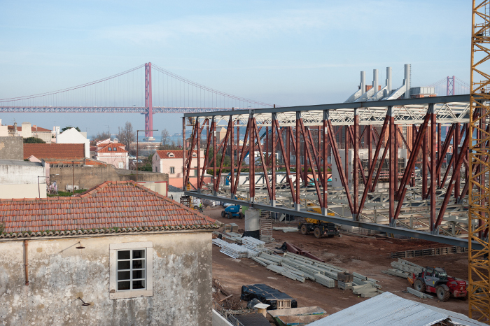 The exhibition volume is framed in steel rather than concrete, as revealed in the construction phase. The funnels above belong tothe Museu da Electricidade, beyond