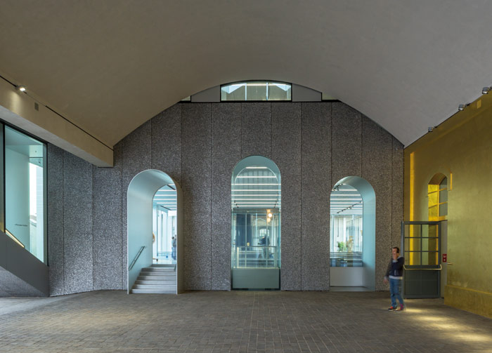 Shiny shiny: between cobbles, parquet, aluminum foam and gold leaf, the campus offers sublime textural contrast