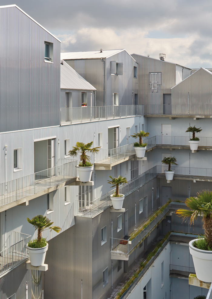 Hondelatte and Laporte projected palms over the courtyard their block encloses